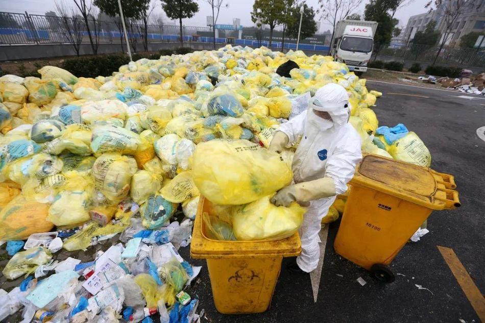 Hình ảnh nhân viên y tế Vũ Hán vật vã dọn rác thải bệnh viện