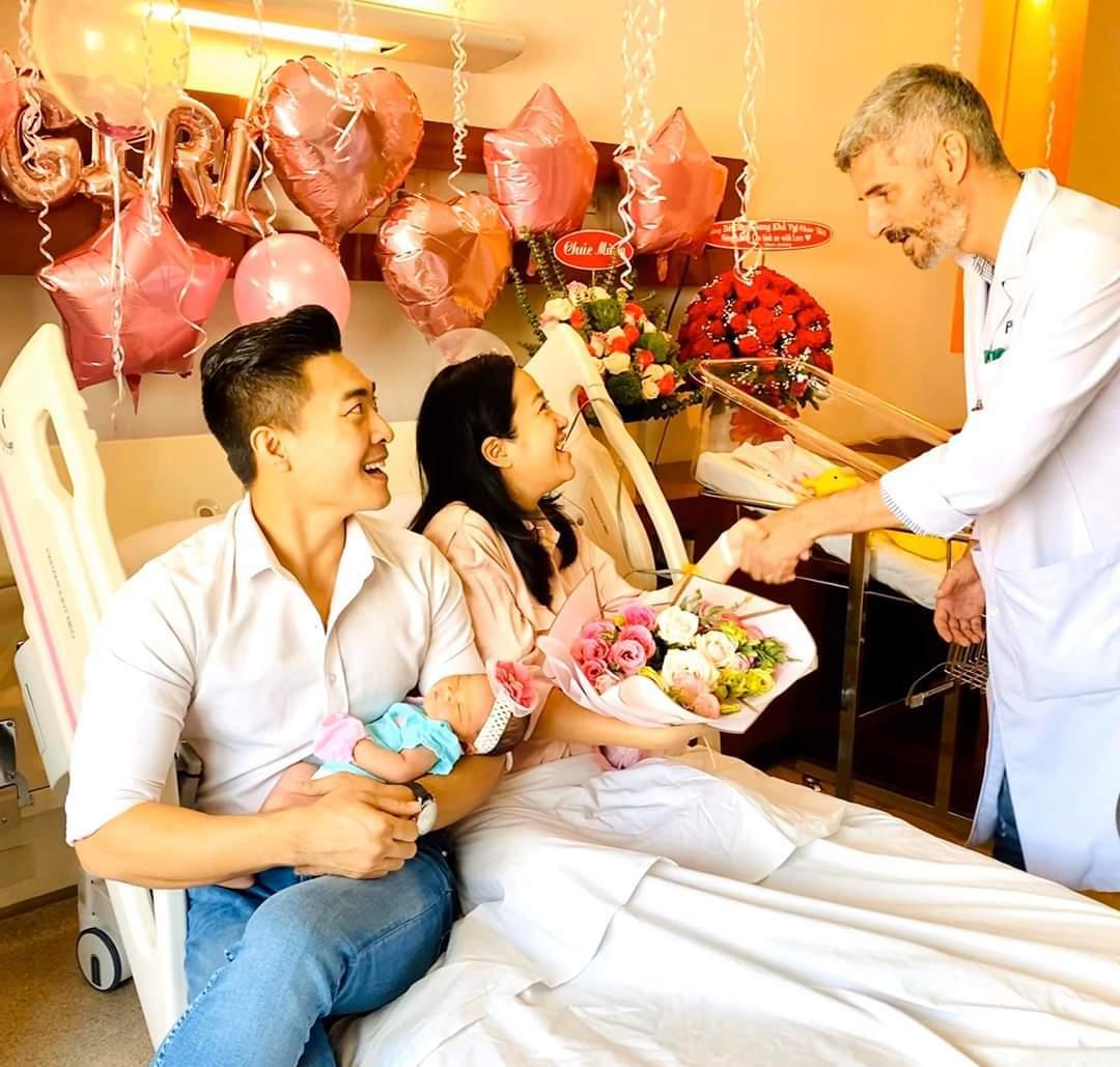 Vợ chồng MC Hồng Phượng - Quốc Cơ đưa con gái mới sinh về nhà