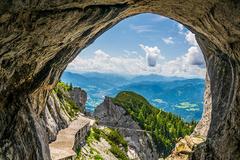 Khám phá hang động băng lớn nhất thế giới ở Áo