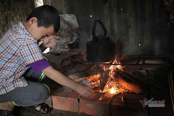 Mồ côi cha mẹ khi còn khát sữa, bé trai bơ vơ không nơi nương tựa