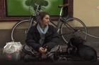 Cuộc sống bên lề đường của cô gái Pháp 27 tuổi khiến nhiều người nhói lòng