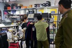Hàng loạt túi xách nghi 'nhái' Louis Vuitton, Gucci được bán ở The Manor