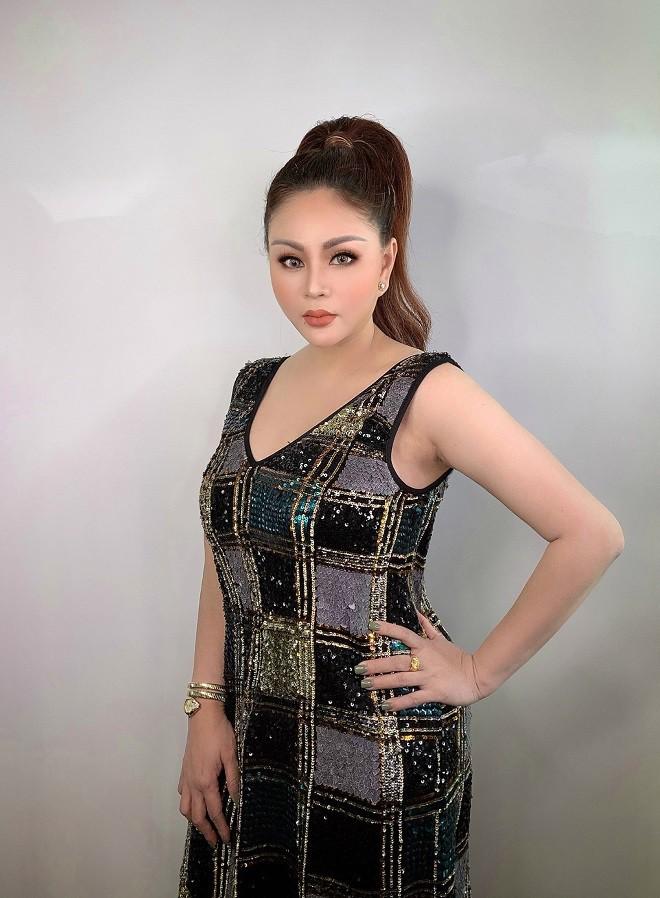Hai 'nữ hoàng dao kéo' có vòng một lớn nhất showbiz Việt