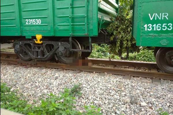 Băng qua đường sắt, cô gái bị tàu cán đứt chân tay ở Hà Nội