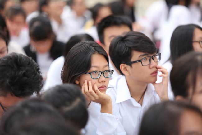HCM City expected to allow 9th, 12th graders back to school on Monday