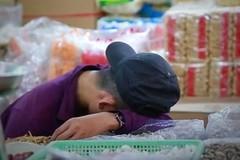 Tiểu thương chợ TP.HCM ngủ gục vì ế ẩm