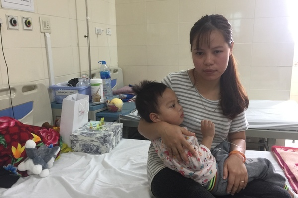 Mẹ nợ đầm đìa, con ung thư não lâm vào tình trạng nguy kịch