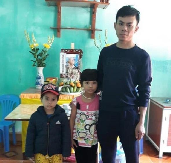 Bé gái còn đỏ hỏn đã mồ côi mẹ, cám cảnh cha lặn lội nuôi 3 đứa con thơ
