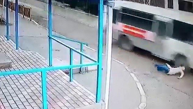 Ngã ngay trước đầu xe buýt, người phụ nữ thoát chết thần kỳ