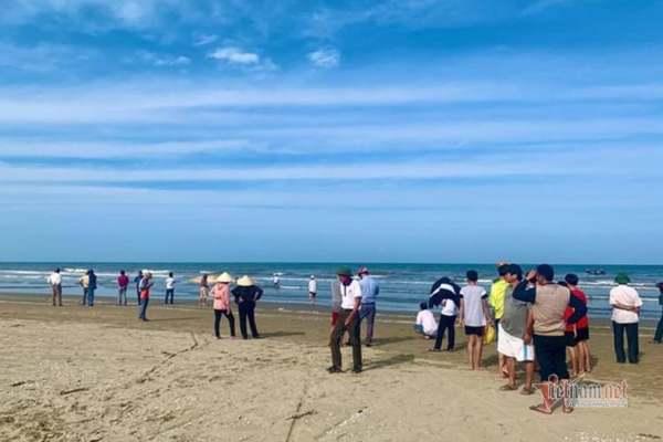 Xác cá voi nặng 10 tấn dạt vào bờ biển Hà Tĩnh