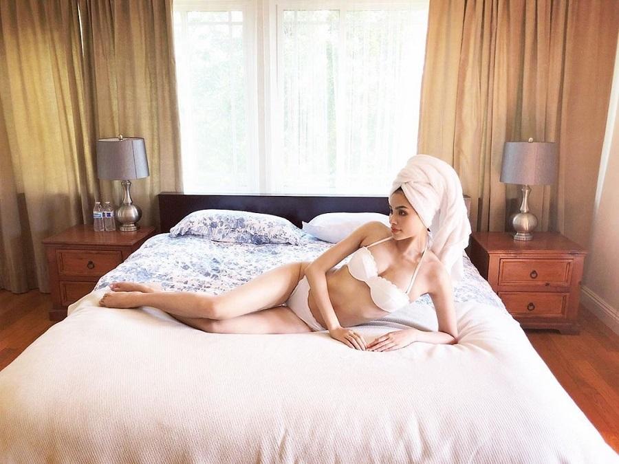 Phạm Hương lại khoe eo con kiến với bikini