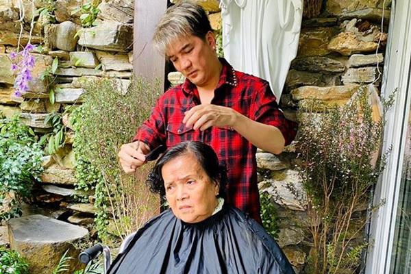 Đàm Vĩnh Hưng cắt tóc cho mẹ xoá tin đồn mâu thuẫn