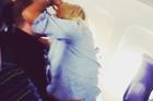 Cặp đôi hôn nhau cuồng nhiệt trên máy bay như chốn không người