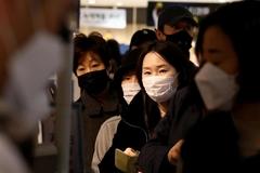 Cô gái Hàn Quốc nhiễm Covid-19 cố tình nhổ nước bọt vào mặt nhân viên y tế