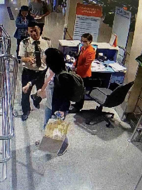 Nữ hành khách lao vào cắn nhân viên hàng không vì bị phát hiện đem quá cân