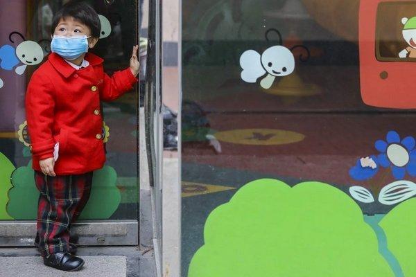 Phụ huynh học sinh Hong Kong 'vật lộn' với dịch Covid-19