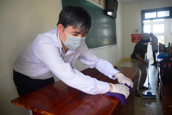 Giáo viên, phụ huynh Quảng Nam cùng vệ sinh trường lớp đón học sinh trở lại