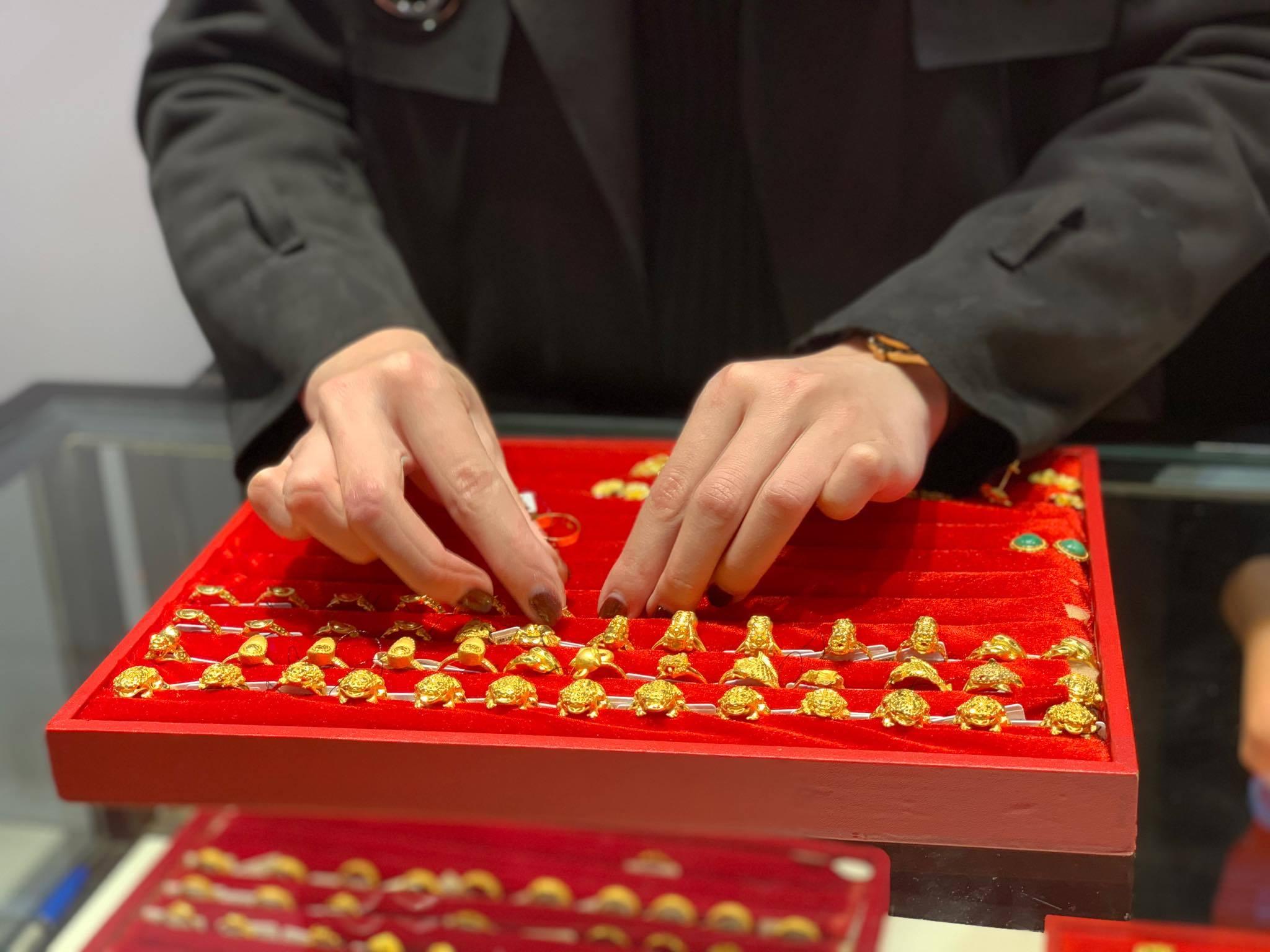 Giá vàng hôm nay 4/4: Giữ tiền mặt thời biến động, vàng mất giá