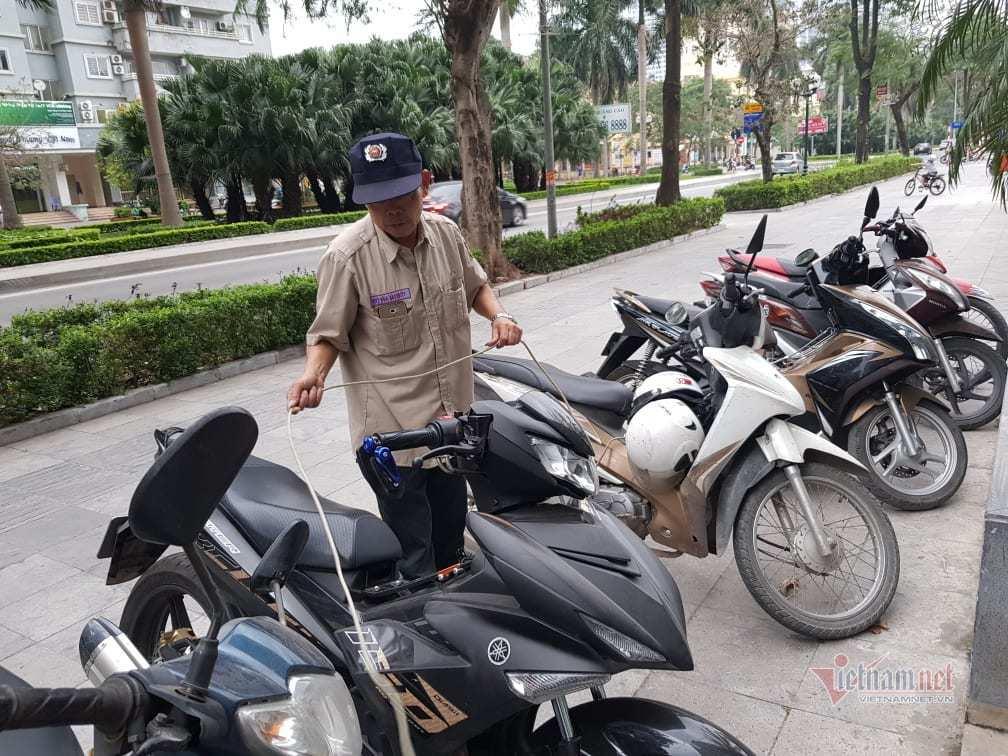 Làm mất xe máy gần 200 triệu, bác bảo vệ rao bán đất, nhịn ăn lo đền bù