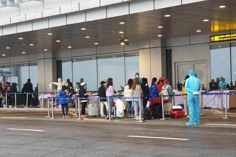 Chuyến bay đầu tiên đưa 229 khách từ Hàn Quốc xuống sân bay Vân Đồn