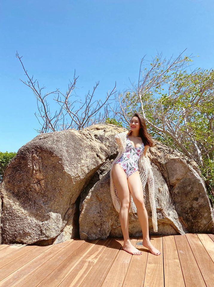 Hồng Diễm diện bikini gây sốt, Mạnh Trường lập tức 'dìm hàng'