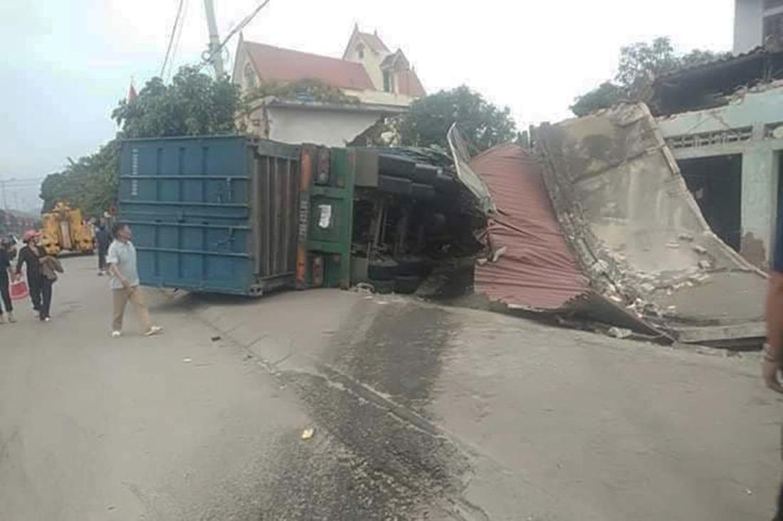 Đâm sập 3 nhà dân, tài xế mắc kẹt trong cabin ở Nghệ An