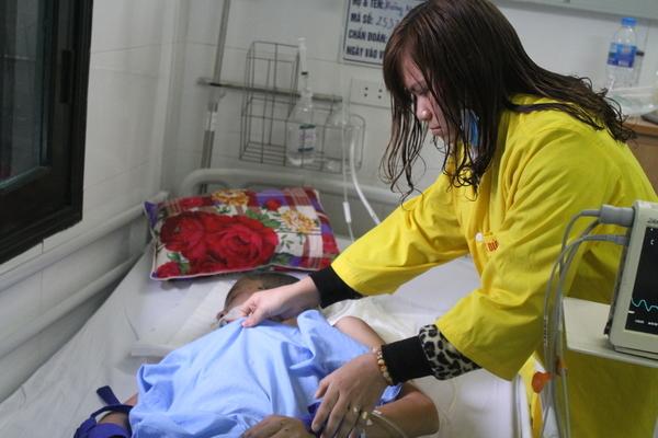 Mồ côi cha mẹ, cậu thanh niên gặp nạn thảm khốc rất cần giúp đỡ