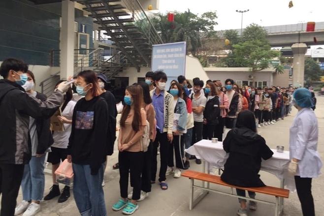 Sinh viên xếp hàng dài đo thân nhiệt ngày đầu trở lại trường