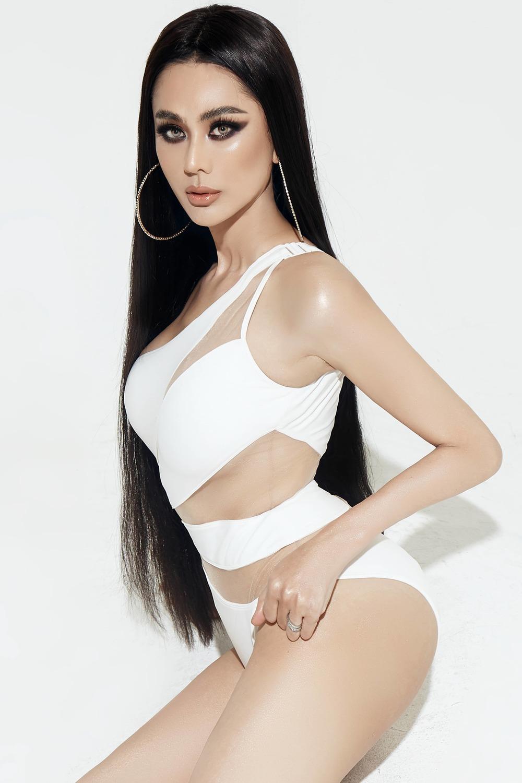 Lâm Khánh Chi táo bạo diện bikini hiểm hóc tuổi 42