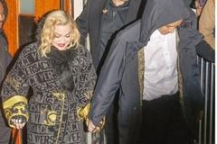 Bị chấn thương, Madonna chống gậy nắm chặt tay tình trẻ kém 36 tuổi