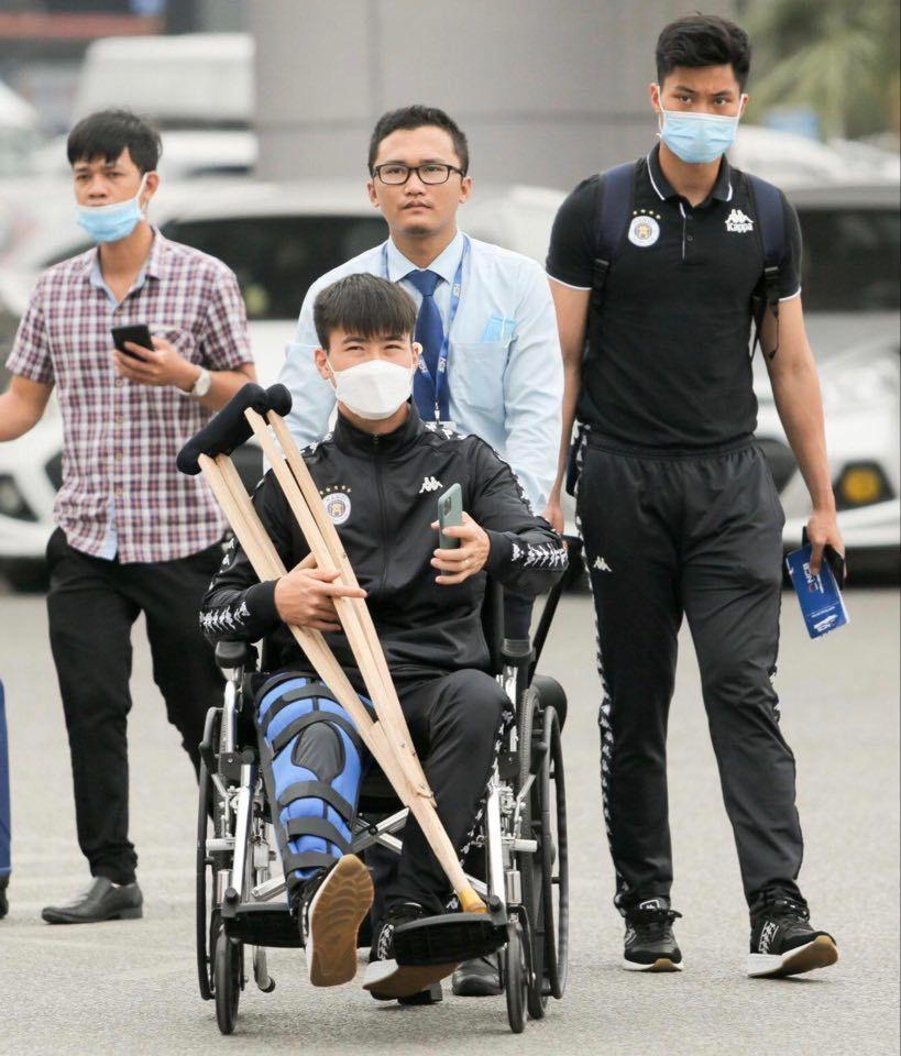 Duy Mạnh phẫu thuật tại Singapore, nhận bảo hiểm 300 triệu đồng