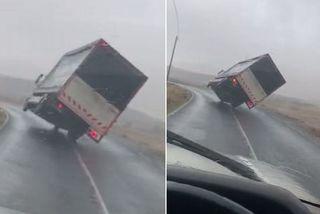 Khoảng khắc xe tải bị lật nghiêng do gió lớn tại Ireland
