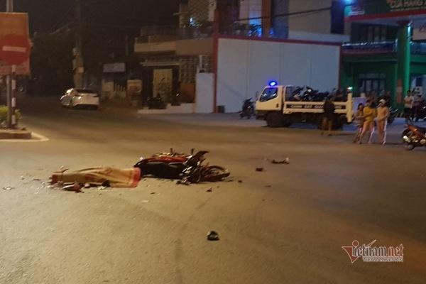 Đâm vào ô tô, 2 thanh niên tử vong thương tâm