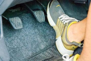 Xe đang chạy bị kẹt chân ga, ác mộng của tài xế ô tô