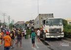 Xe tải bẹp dúm vì tông đuôi container, 3 người chết thảm