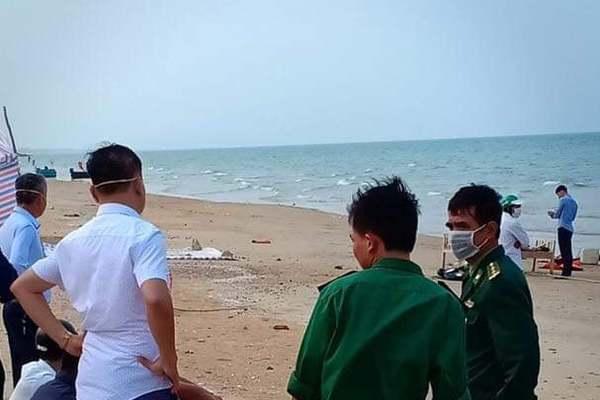 Thi thể nam giới không mặc áo dạt vào biển Hà Tĩnh