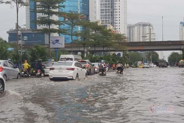 Mưa trắng trời, phố Hà Nội ngập mênh mông như sông