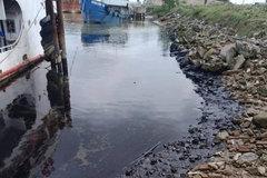 Police investigate oil leak in Ha Tinh's Lam River