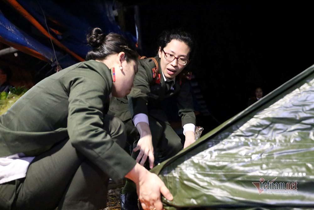 Chuyến xe đầu tiên chở đồ dã chiến rời xã Sơn Lôi lúc 0h