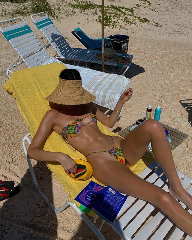 Chị em tỷ phú, siêu mẫu nhà Kardashian khoe dáng bốc lửa trên biển