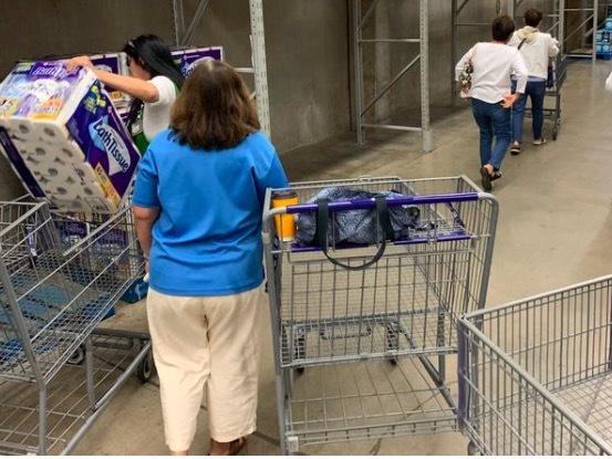 Dân các nước giàu hối hả đi 'vét' siêu thị