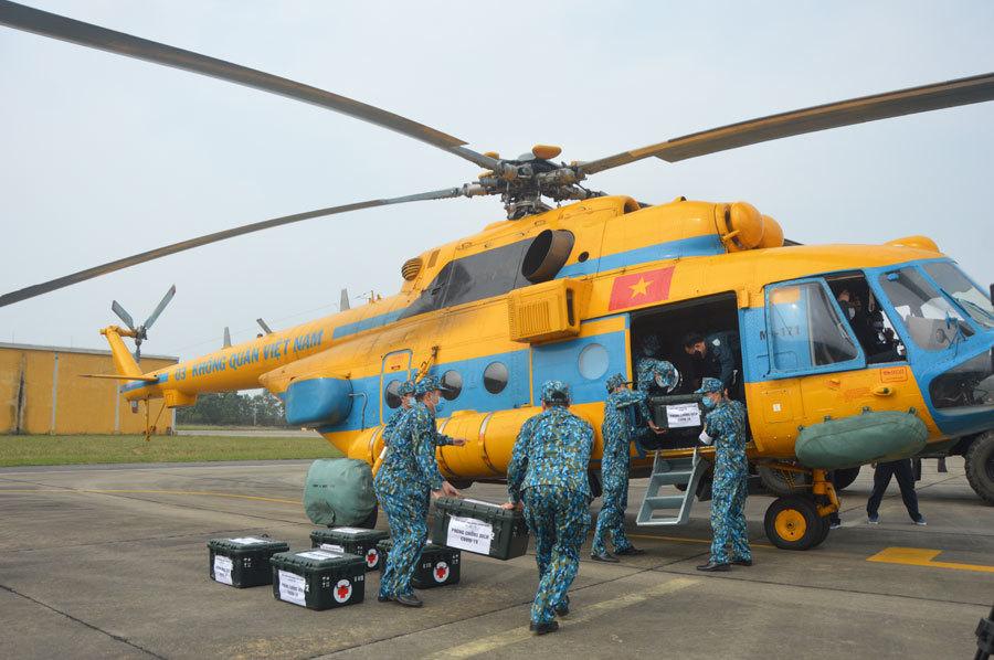 Trực thăng Không quân diễn tập tình huống 30 nghìn người mắc Covid-19