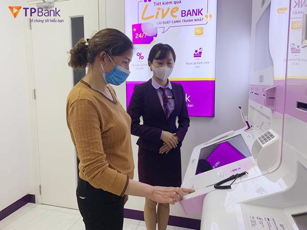 Vệ sinh khử trùng và trang bị nước rửa tay khắp hệ thống LiveBank