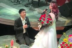 Diễn viên 'Về nhà đi con' được chồng thứ 4 quỳ gối tặng hoa