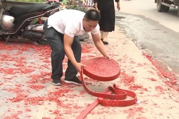 Tạm giữ đối tượng đốt pháo đỏ mặt đường tại đám cưới ở Sóc Sơn
