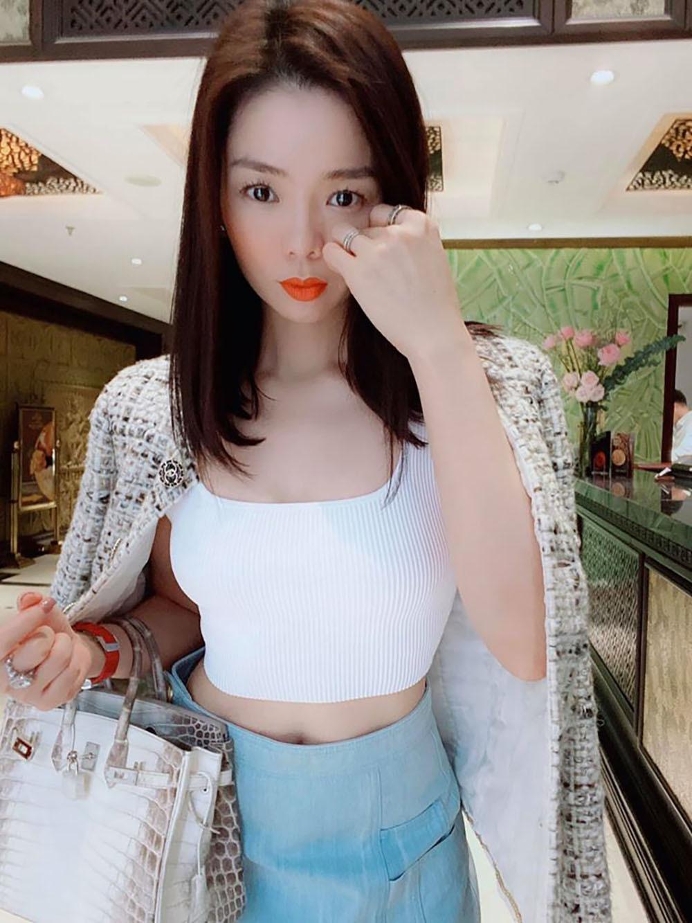 Lý Nhã Kỳ hóa gái quê thăm vườn cây trĩu quả mới mua ở Vũng Tàu