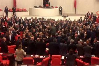 Tranh cãi vì khủng hoảng Syria, các nghị sĩ Thổ Nhĩ Kỳ hỗn chiến giữa quốc hội