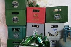 Hàng tạp hoá 'khóc ròng' vì bia tồn xếp đầy kho không bán được