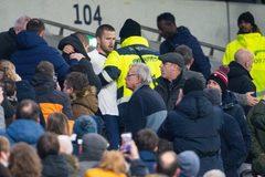 Thua Norwich, sao Tottenham lao lên khán đài đòi đánh CĐV