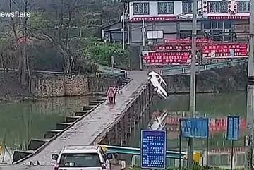 Tài xế mải đọc tin nhắn điện thoại, ô tô lao xuống sông